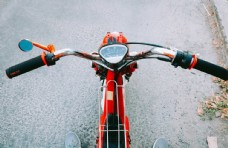 红色的小摩托车