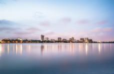城市湖景天际线