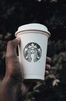 手举咖啡杯